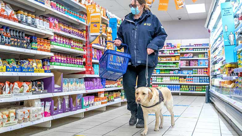 Hope guiding her Trainer in a supermarket